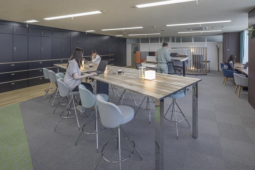 1_テーブル席とカウンター席を混合させた集中と気分転換を目的としたエリア.jpg