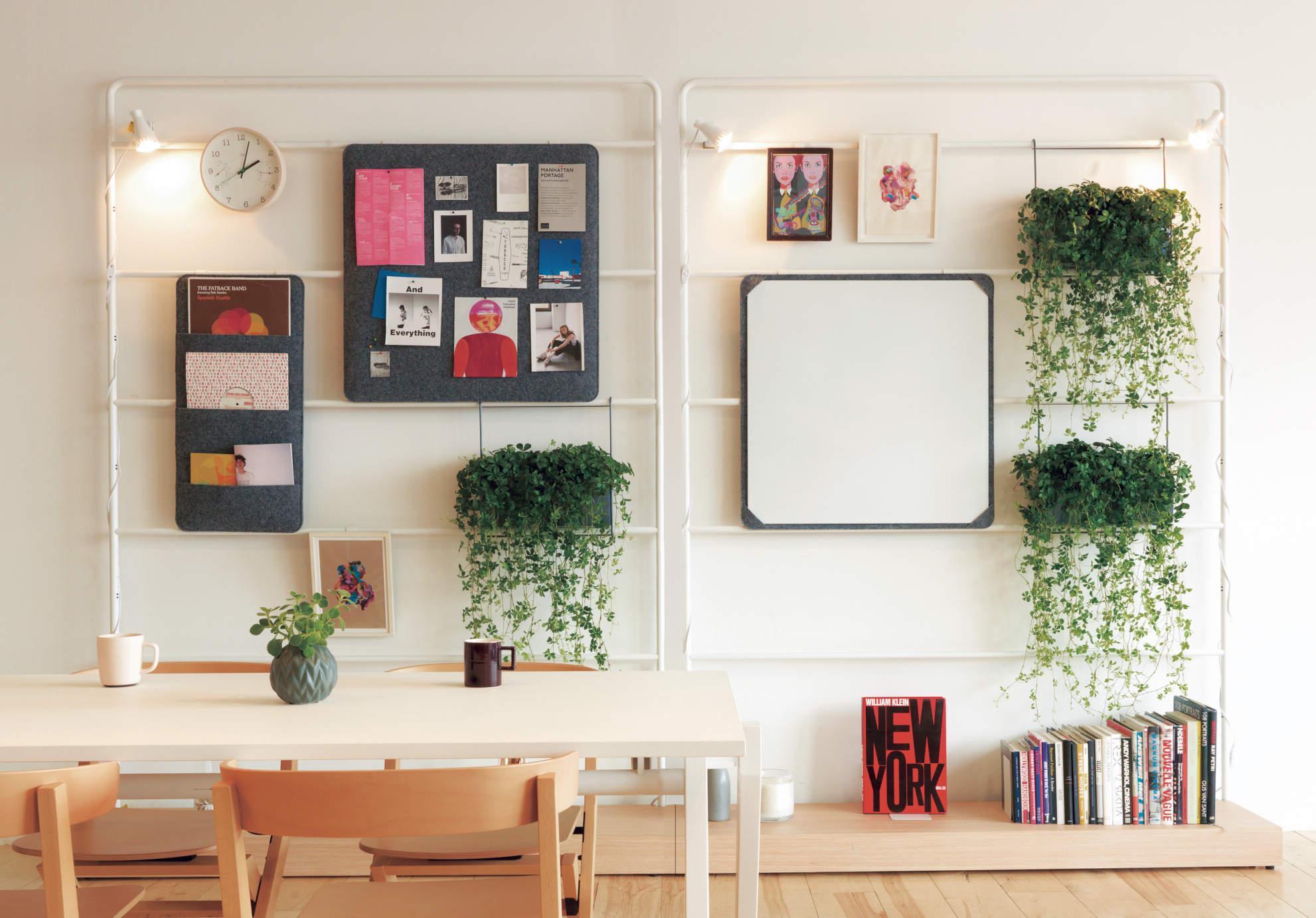 グリーンを壁に飾ったオフィス