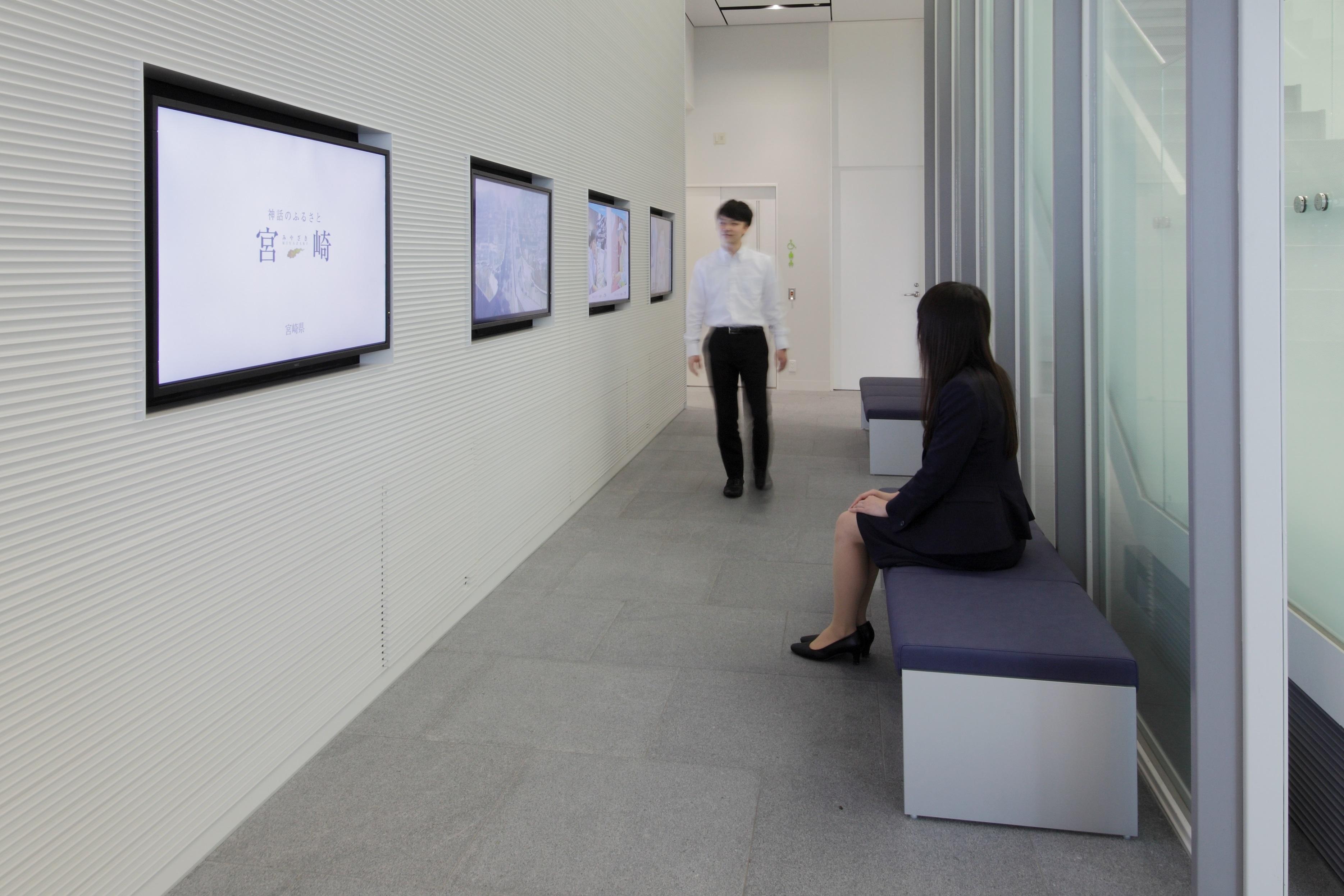 デジタルサイネージを設置したオフィス入口