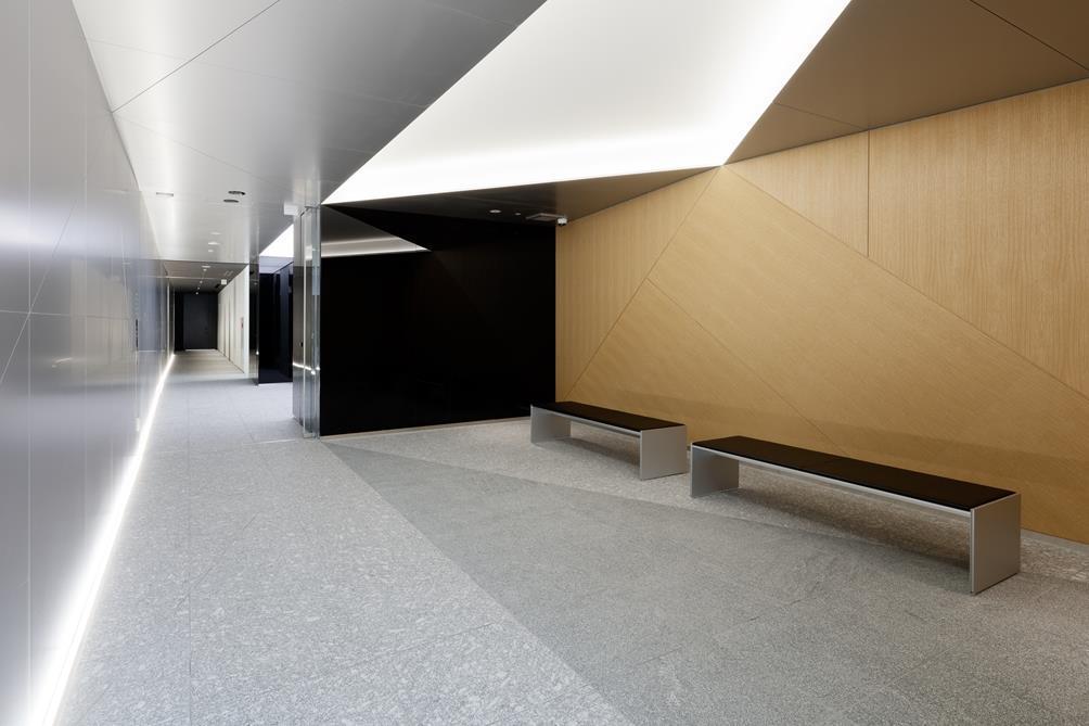 ベンチを設置したオフィス入口