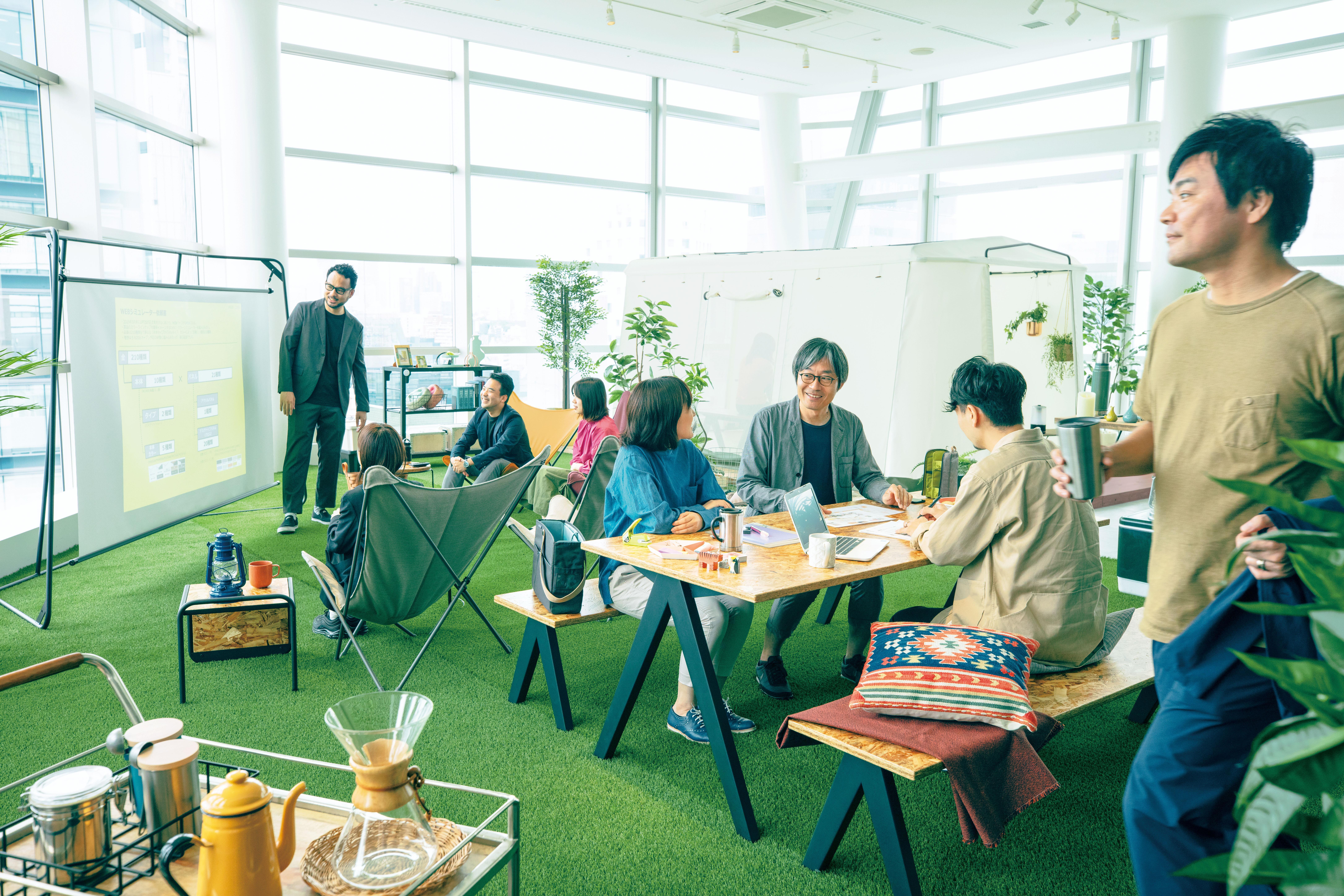 創造性を発揮するリラックスした雰囲気のオフィス