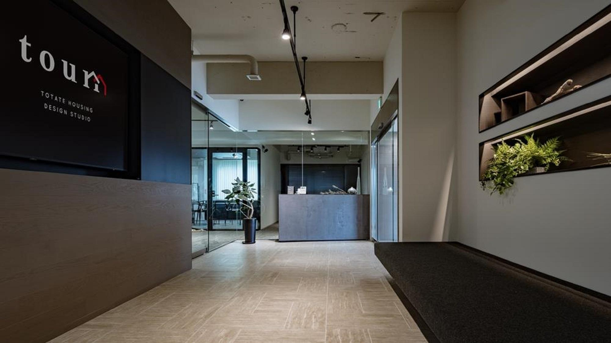 デジタルサインを設置したオフィス入口